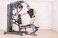 Träningen i hemmagymmets bencurl tränar lårens framsida optimalt