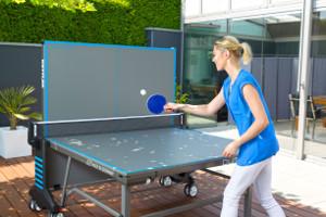 Outdoor-Tischtennisplatte mit nur einer geklappten Plattenhälfte