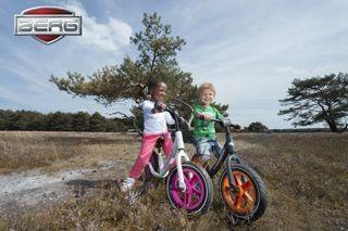 Kinder auf Berg Laufrädern