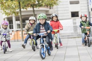 Kinder auf Kettler Laufrädern